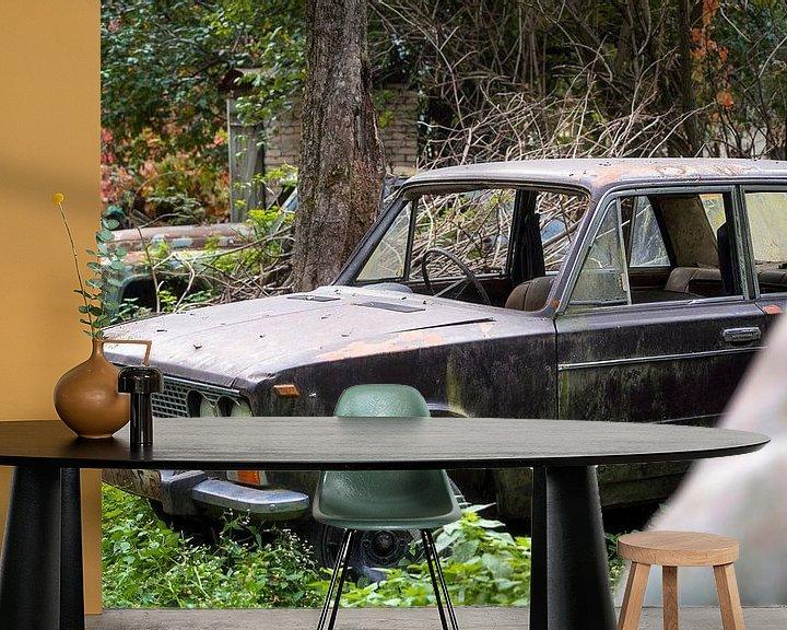Sfeerimpressie behang: Verlaten Auto's in het Veld. van Roman Robroek