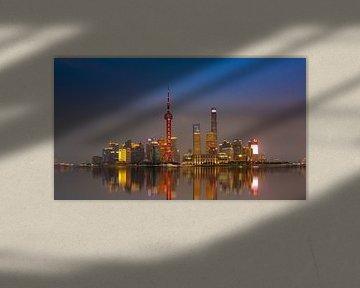 Shanghai Skyline tijdens zonsondergang van Remco Piet