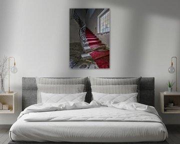 Verloren plaats - rode trappentapijt van Linda Lu