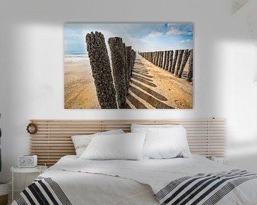 Zomer in Zeeland.Golfbreker op strand in Zeeland bij Dishoek. van Wout Kok