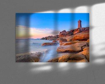Phare de Ploumanac'h sur la côte de granit rose en Bretagne au coucher du soleil sur Sjoerd van der Wal