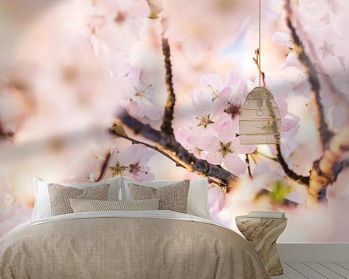 Sfeerimpressie behang: Kersenbloesem van Ratna Bosch