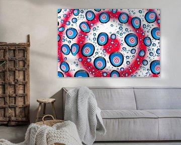 Druppels met psychedelische cirkels in rood, wit en blauw