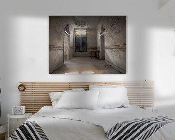 Kasteel / Chateau Hogemeyer, België - Urbex / hal / deuropening / tafel / raam / lichtinval / grijs van Art By Dominic