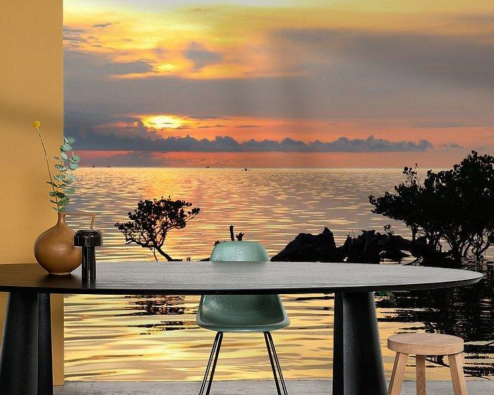 Sfeerimpressie behang: Tropische zonsondergang boven zee en mangroves van Arthur Puls Photography
