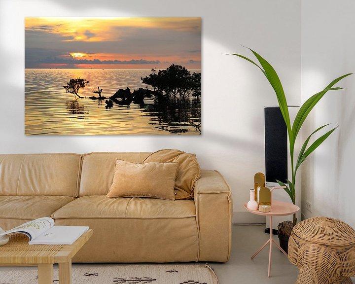 Sfeerimpressie: Tropische zonsondergang boven zee en mangroves van Arthur Puls Photography