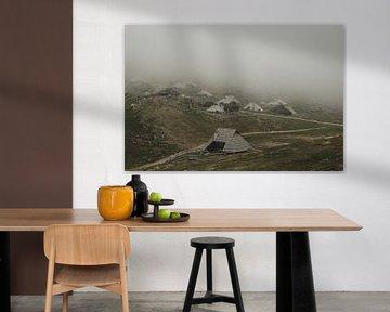 Nebel über Bergdorf von Paulien van der Werf