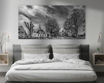 Stadsgezicht Blokzijl in zwart wit met kerktoren von Harrie Muis