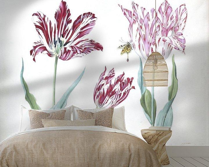Sfeerimpressie behang: Drie tulpen met rups en vlinder, Jacob Marrel