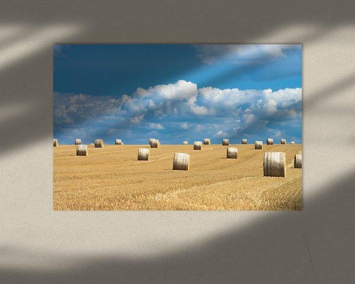 Sfeerimpressie: Hooibalen en mooie wolkenluchten in zomers Frankrijk van Hans Kerchman