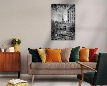 Uitzicht op de Eiffeltoren vanaf de Rue de Longchamp | Monochrome van Melanie Viola