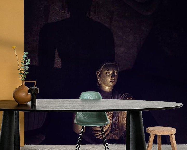 Sfeerimpressie behang: Mysterieuze Boeddha in grot van Eddie Meijer
