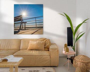 Zomersfeer, een leeg bankje in het tegenlicht van de zon von Harrie Muis