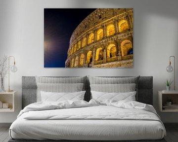 Der große Roman Colosseum und seine Bögen nachts in Rom - Italien von Castro Sanderson