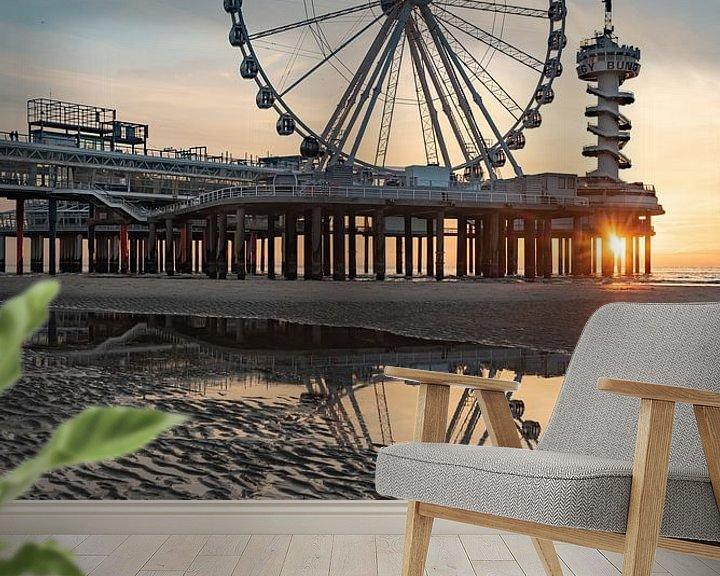 Sfeerimpressie behang: Pier Scheveningen reuzenrad bij zonsondergang vanaf het strand van Erik van 't Hof