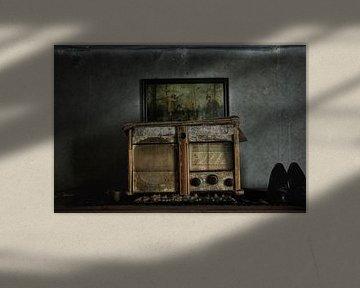 Prachtige spookachtige oude radio in verlaten huis von Melvin Meijer
