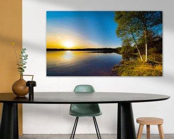 Zonsondergang bij een natuurlijk meer van Günter Albers