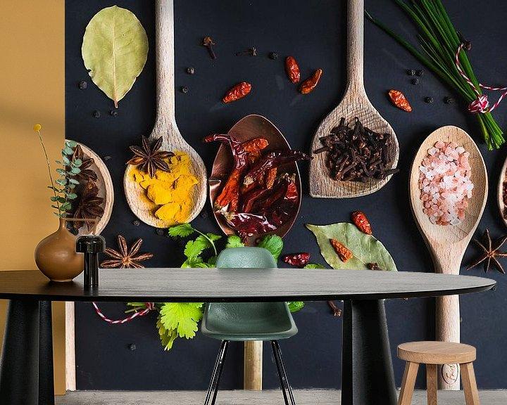 Sfeerimpressie behang: Pollepels kruiden, herbs on wooden spoons van Corrine Ponsen