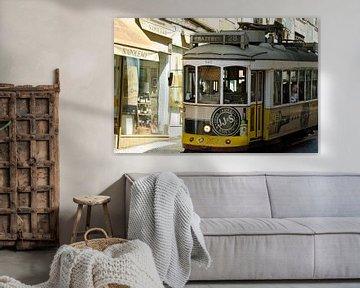 Oude tram door de straten van Lissabon van Ellinor Creation