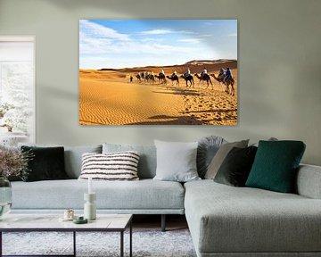 Kamelen karavaan door de zandduinen van de Sahara desert von Nisangha Masselink