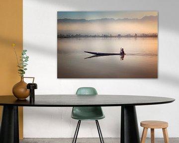 Mandalay, Myanmar Azie, een visser op het meer bij zonsopgang van Nisangha Masselink
