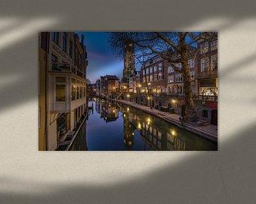 Domtoren en Oudegracht van Utrecht na zonsondergang vanaf de Gaardbrug