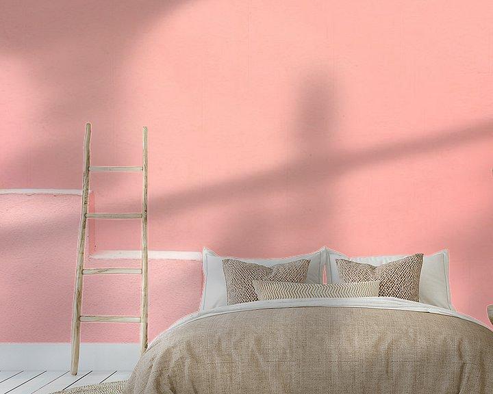 Sfeerimpressie behang: Roze traptreden in Muralla Roja Spanje van Raisa Zwart