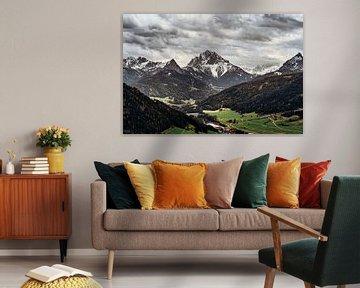 Blick auf die Dolomiten und das Tal. von Ineke Mighorst