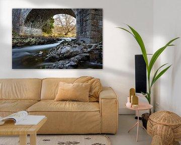 Petite cascade sous un pont de pierre