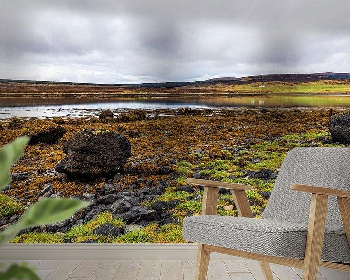Sfeerimpressie behang: Eb bij Loch Greshornish, Isle-of-Skye Schotland van Remco Bosshard