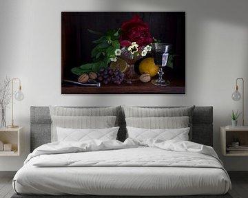 Klassieke setting van fruit, wijn en bloemen in donkere kast