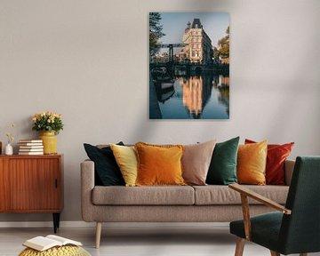 Aluminium bridge over Amsterdam canal, Netherlands. von Lorena Cirstea