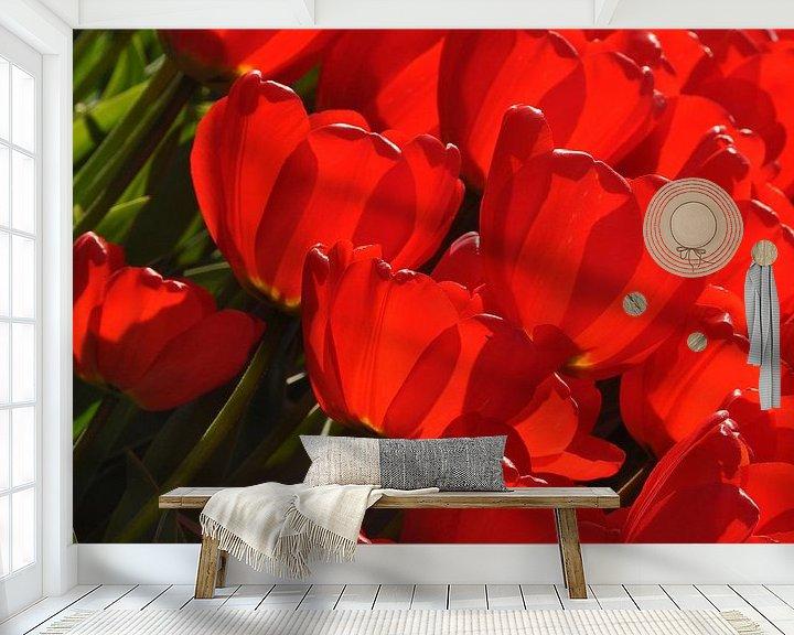 Sfeerimpressie behang: Vandaag is rood...de kleur van mijn tulpen.. van Leuntje 's shop