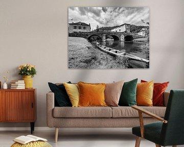 Stenen brug en bootje in dorp in Frankrijk van Martijn Joosse