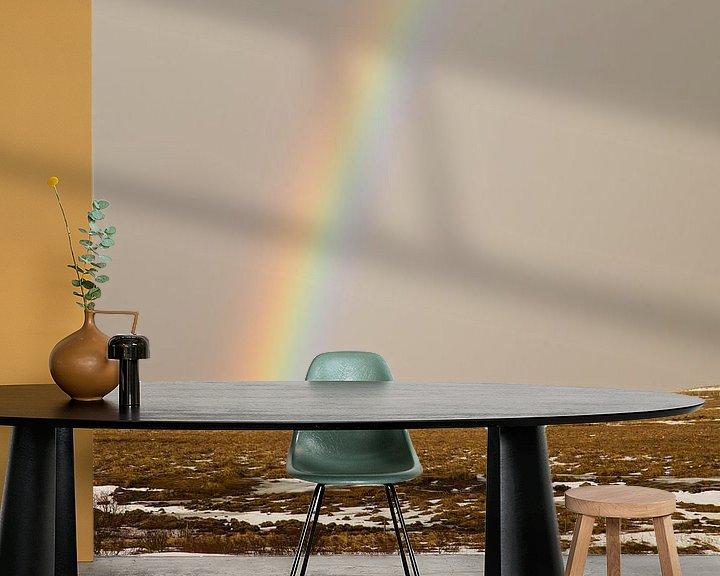 Sfeerimpressie behang: Kleurrijke regenboog in IJsland van Renske Breur