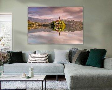 Schilderachtige spiegeling van beroemde kerk op het eiland in het meer van Bled. van Gijs Rijsdijk
