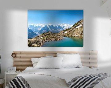 Vue du lac bleu et du mont blanc en arrière plan sur Martijn Joosse