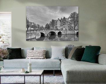 Brug over de Keizersgracht bij de Leidsegracht – Amsterdam van Tony Buijse