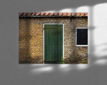 Groene deur in gebouw van oude, gele bakstenen. von René van der A