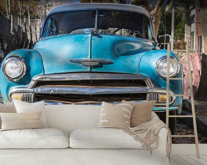 Sfeerimpressie behang: Voorkant van klassieke Chevrolet de Luxe 1952 in de straten van Uruguay van Jan van Dasler