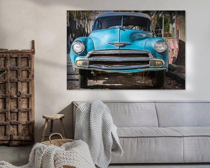 Sfeerimpressie: Voorkant van klassieke Chevrolet de Luxe 1952 in de straten van Uruguay van Jan van Dasler