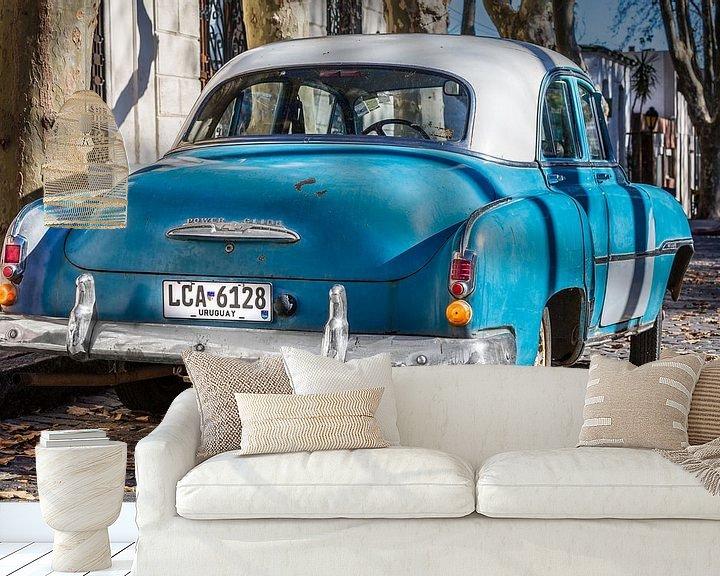 Impression: Chevrolet de Luxe 1952 classique avec toit blanc dans les rues d'Uruguay sur Jan van Dasler