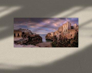 Panorama van Polignano a Mare met zonsondergang