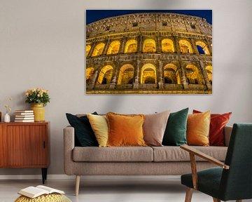 Das große römische Kolosseum und seine Bögen nachts in Rom - Italien von Castro Sanderson