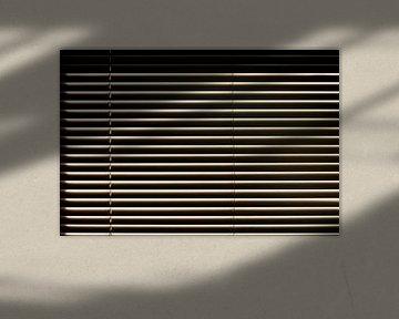 Abstrakte horizontale Komposition - Lamellen einer Jalousie im Sonnenlicht