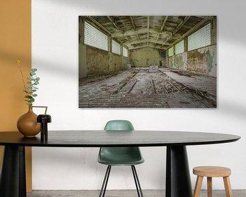Turnhalle in einem verlassenen Militärlager von Kristof Ven