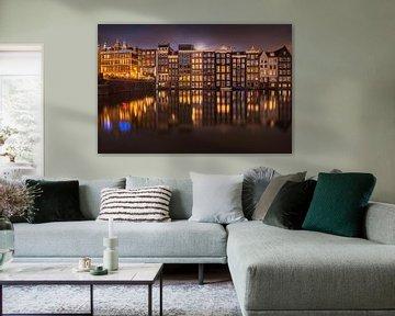 Maanopkomst aan het Amsterdamse Damrak van Tristan Lavender
