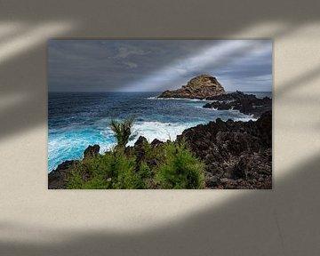Wellen und Felsen in Porto Moniz auf der Insel Madeira, Portugal sur Rico Ködder