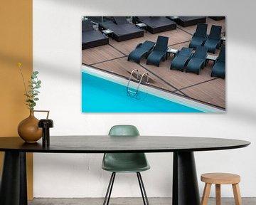 Swimmingpool und Liegestühle im Urlaub von Rico Ködder