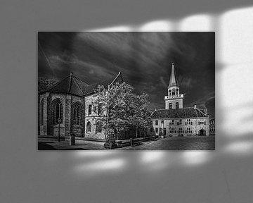 De kerk van Appingedam in de provincie Groningen in zwart/wit op een zonnige voorjaarsmorgen von Harrie Muis